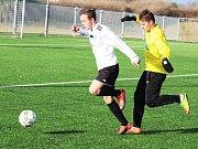 První přípravný duel sehráli žatečtí fotbalisté (ve žlutém) proti Mosteckému FK 2:3 (1:1)