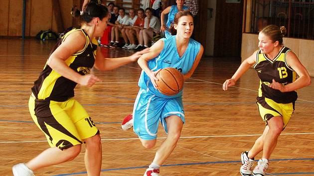 Basketbalistky Loun (v modrém) v zápase proti Slanému