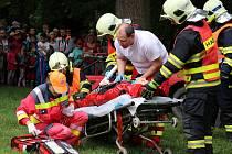 Společná ukázka hasičů a Záchranářů Žatec. Z havarovaného vozu vyprostili dva figuranty