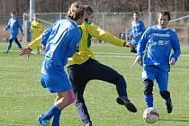 Fotbalisté Slavoje Žatec (ve žlutém) porazili domácí Baník Souš 4:1