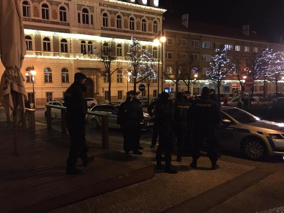 Policisté před Dejavu cafe bar na Mírovém náměstí v Lounech.