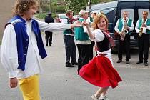Lidé tančili přímo na ulicích.