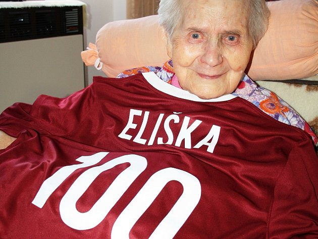 Oslavenkyni hodně potěšil sparťanský dres se stovkou, který dostala od jednoho z vnuků.