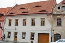 Opravy krovu a výměny střešní krytiny se dočká dům č.p. 220 v žatecké Obloukové ulici