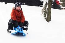 Sníh způsobil v pondělí 8. února v Žatci dopravní komplikace, ale také radost. Děti ho využily k sáňkování.