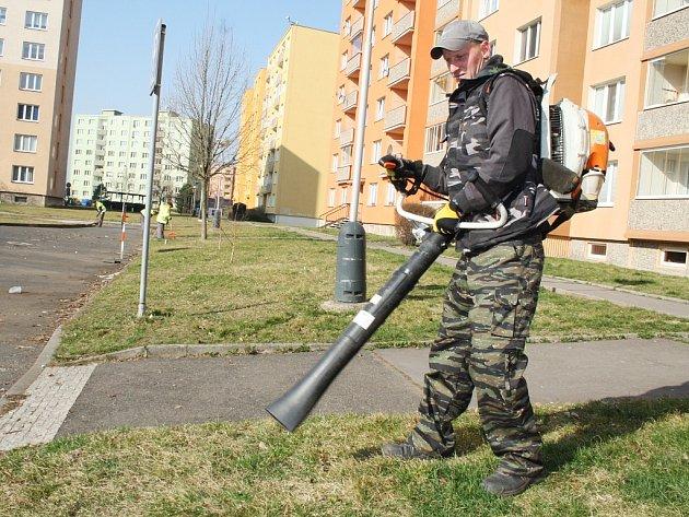 Jaroslav Šedivý s fukarem uklízí listí a další nepořádek v Jabloňové ulici.