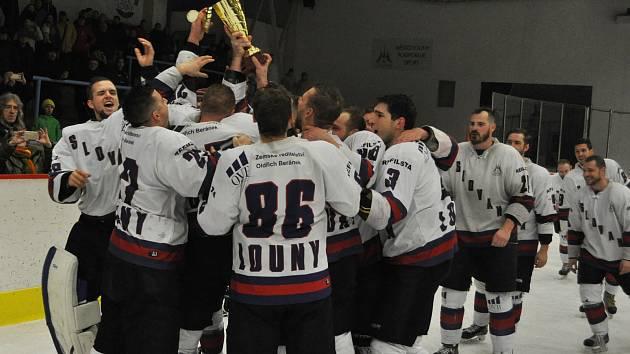 Slovan Louny (v bílém) si i ve druhém utkání poradil s Kláštercem a po výsledku 4:0 mohli jeho hráči slavit.
