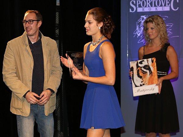 Trenér žateckých plavců Jiří Karas předal cenu pro nejlepšího jednotlivce vkategorii mládeže své svěřenkyni Lucii Svěcené