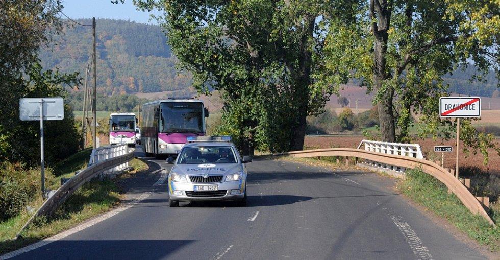 Dva autobusy s migranty přijíždějí k drahonickému zařízení.