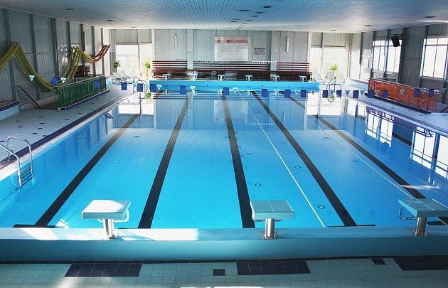 Pohled na hlavní bazén lounské plavecké haly. Ta už vzáří 2016kvůli havarijnímu stavu novou sezonu nezahájila. Archivní snímek