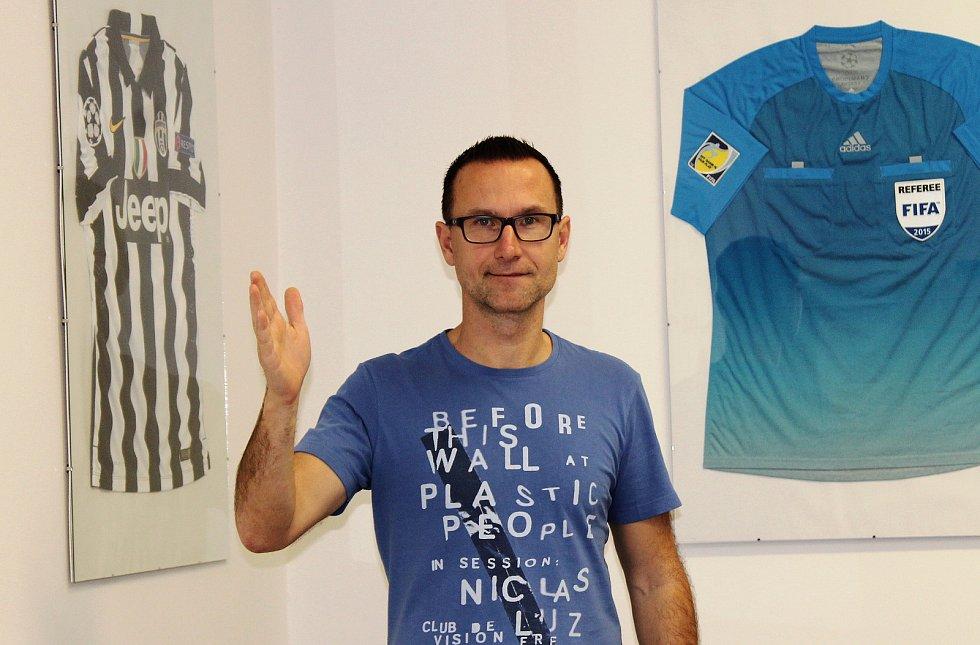 Fotbalový rozhodčí Radek Příhoda a ředitel Správy sportovních zařízení města Loun.