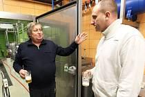 František Procházka (vlevo) a Hynek Dlouhý zkoumají kvalitu piva v prostorách Chrámu.