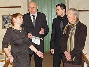 Vernisáž výstavy Michaila Ščigola (vpravo) v žatecké Galerii Sladovna.