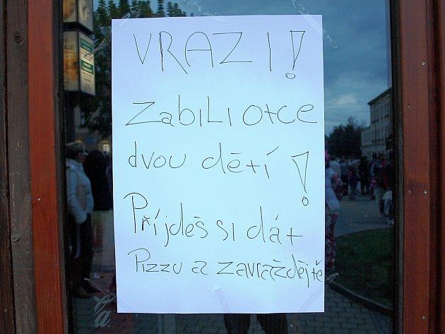 Nápis nalepený na dveřích pizzérie.