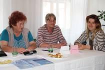 Evropské volby v Blšanech u Podbořan. Členky komise Marie Vostárková, Olga Kotrcová a Renata Hrčková (zleva). Účast voličů v obci byla podle nich nízká, v sobotu po poledni se pohybovala do 20 %.