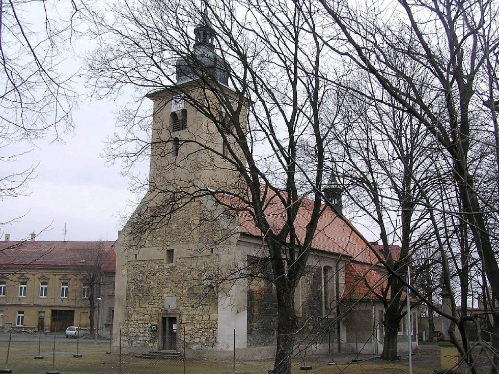Kostel sv. Šimona a Judy v Lenešicích, jak vypadal nedlouho před zřícením.