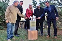 Stavba nové plavecké haly v Lounech začala symbolickým poklepáním na základní kámen