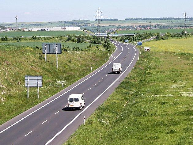 Obchvat Loun. Zatím jsou postavené jen dva pruhy budoucí dálnice D7