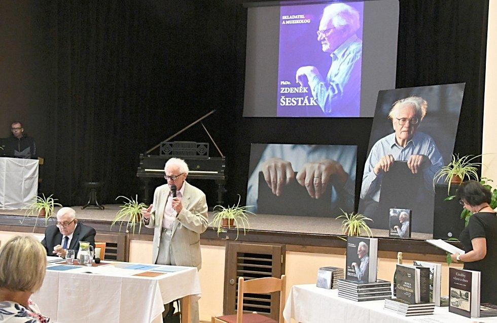 Skladatel Zdeněk Šesták podepisoval v Cítolibech knihu