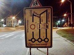 Dopravní značení v Žatci upozorňující na uzavřenou ulici Volyňských Čechů