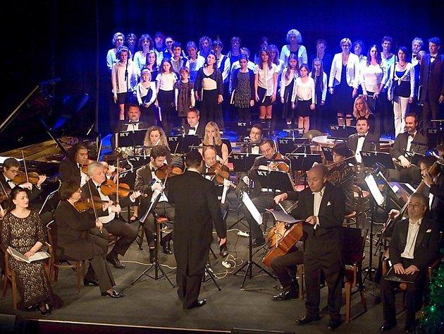 Loňský vánoční koncert v žateckém divadle. V popředí Ústecký komorní orchestr.