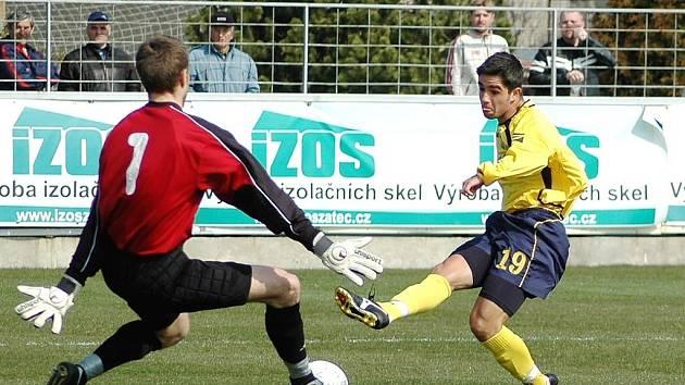 Devatenáctiletý Brazilec Andrei da Silva střílí mezi nohy hlučínského brankáře Michal Kosmála vítězný gól v utkání II. ligy.