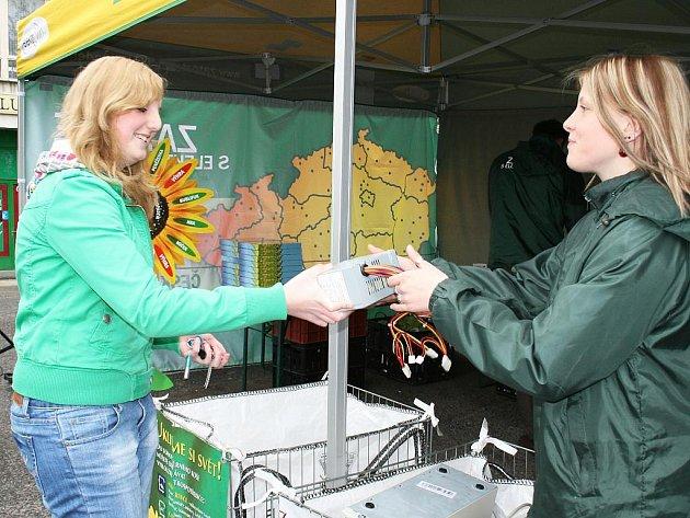 Studentka lounského gymnázia Aneta Řehánková (vlevo) na kampani Zatočte s elektroodpadem v Lounech