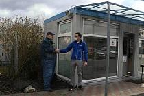 Ludvík Hess (vlevo) s ředitelem SEKO Aerospace Tomášem Sedláčkem u okna vrátnice, kde bude babybox.
