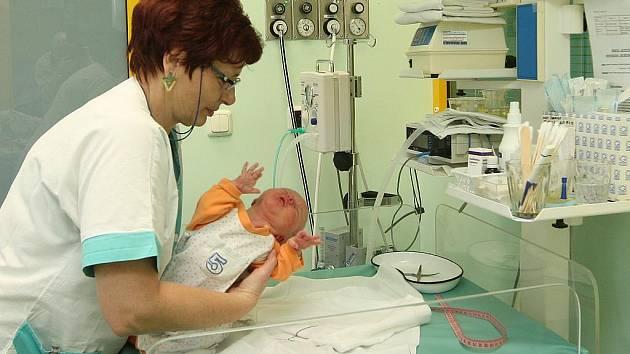Zdravotní sestra Soňa Vaňková s jedním z miminek