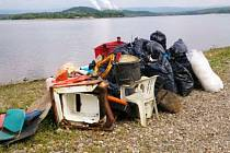 Odpad v pytlích, který dobrovolníci sesbírali z břehů Nechranické přehrady, je připravený na odvoz a zlikvidování.