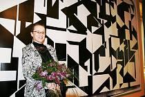 Lenka Sýkorová u repliky díla svého manžela v lounském divadle.