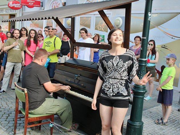Právě před rokem takto zahajovalo piano na ulici svou první sezonu v Lounech. Ani letos nebude chybět program