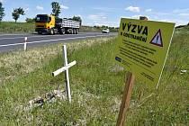 U pomníčků na silnici I/7 u Loun se objevila výzva k jejich odstranění.