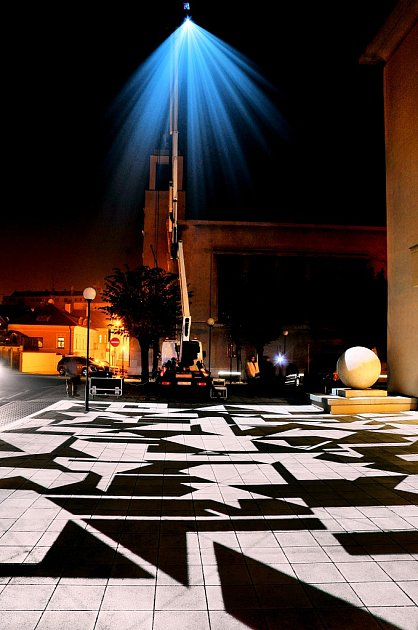 Nasvícení prostoru před Vrchlického divadlem loni vlistopadu. Vpátek se na chvíli zopakuje.