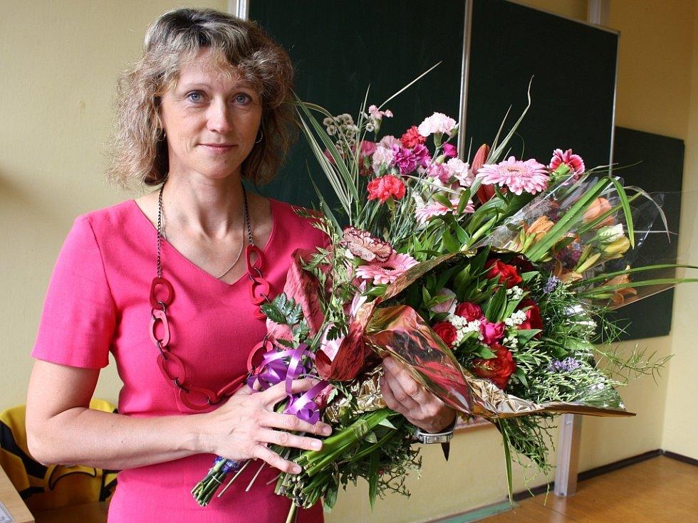 Jana Ullmannová, třídní učitelka I.A lounské základní školy Přemyslovců, s květinami, které jí přinesly děti poslední školní den jako poděkování