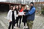 Natálie Kárová, Petra Barochová, Nela Štrossová a Barbora Voráčková předaly vminulých dnech provozovateli útulku Davidu Kubalíkovi symbolický šek na 18 tisíc korun, které vybraly při svém pořadu.