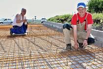 Dělníci pracují na opravě jednoho z kruhových objezdů na křižovatce silnic D7 Praha - Chomutov a I/27 Most - Plzeň u Žiželic na Žatecku.