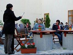 Čtení na dvoře lounské knihovny
