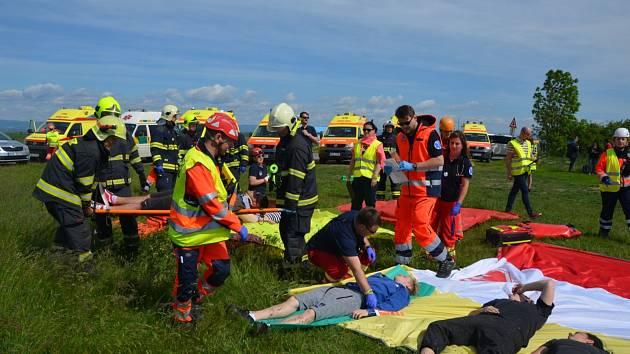 Cvičení hasičů a záchranářů na letišti Macerka u Žatce