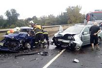 Nehoda dvou aut v Lounech si vyžádala tři zranění.