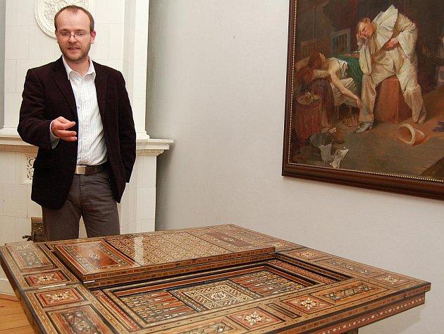 Ředitel muzea v Žatci Jiří Kopica ukazuje unikátní stolek