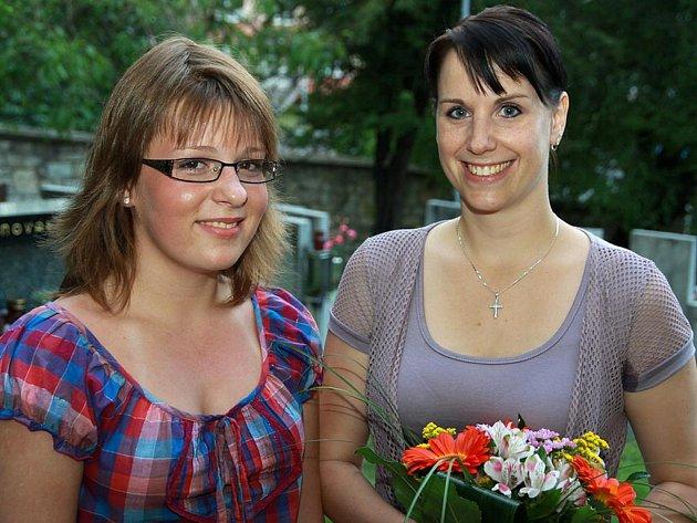 Koncert absolvovalo celkem 15 zpěváků, mezi nimi Kateřina Shejbalová (na snímku vlevo), kterou vedla učitelka Veronika Studená