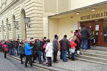 Fronta lidí před divadlem v Žatci, zájemců o vstupenky na koncert J. Nohavici.