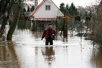 Rozvodněná Ohře v Lounech o víkendu 15. a 16. ledna 2011. Zahrádkářská kolonie Na Losech byla kompletně pod vodou