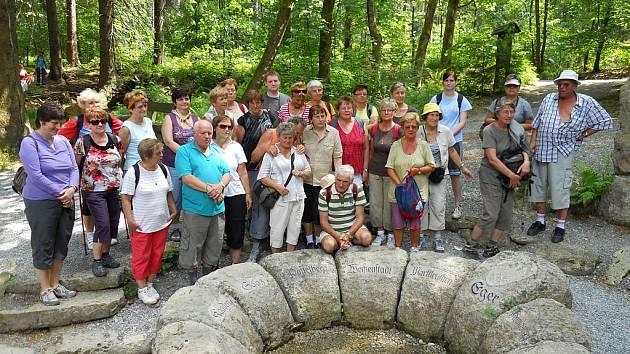 Žatečtí turisté u pramene Ohře při výletu v roce 2011