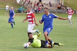 Fotbalisté Domoušic (v modrém) jsou blízko postupu z A třídy. V posledním domácích utkání sezóny si poradili s Ervěnicemi.