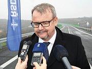 Ministr dopravy Dan Ťok odpovídal přímo na novém mostě na otázky novinářů