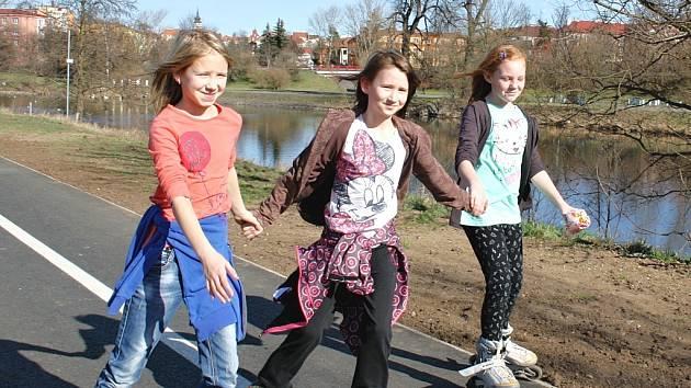 Nová cyklostezka v Žatci a první sportovci, kteří ji využili při příchodu teplých jarních dní. Na snímku jsou Petra Čapková, Natálie Románková a Lucie Švarcová.