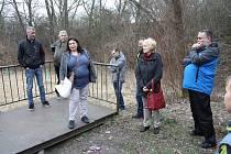 Několika desítkám účastníků nedělní procházky po Žatci představily vize rozvoje parků pracovnice odboru rozvoje města radnice. Na snímku Gabriela Becková.
