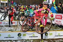MČR v cyklokrosu 2016 v Kolíně. V růžovém vítězná lounská cyklokrosařka Martina Mikulášková.